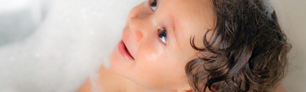bimbo nella vasca con schiuma